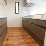 対面式キッチンとカップボード。(キッチン)